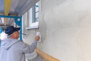 An den Fassadenöffnungen werden zusätzlich Diagonalarmierungen eingearbeitet. Die Trocknungszeit beträgt etwa 1 Tag/mm Schichtdicke – je nach Witterung