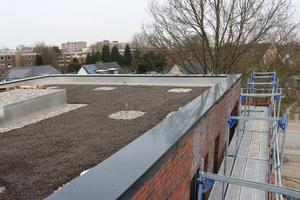 Über den Dämmplatten auf der Dachfläche wurden diffusionsoffene Trennlagen und eine Kiesschüttung verlegt