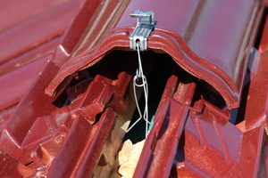Diese wird mit einem Federbügel verbunden, der unter der Traglattung eingehängt und befestigt wird