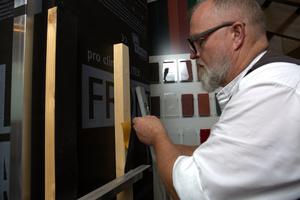 Zur Vorbereitung der Montage wird auf der Holzunterkonstruktion ein schwarzes EPDM-Fugenband angebracht. Es sorgt für ein optisch schönes Fugenbild und dient dem konstruktiven Holzschutz