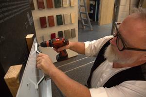 Mit der Bohrvorrichtung, die in das 9,5mm-Loch passt, wird die Holz-Unterkonstruktion lotrecht mit 3,3 mm vorgebohrt