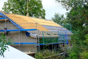 Der 1848 aufgeschlagene Dachstuhl des Gutshauses wurde energetisch saniert
