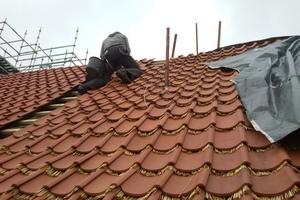 Die Hohlziegel wurden mit Strohdocken unterlegt, die die Widerstandsfähigkeit des Daches gegenüber Schnee und Regen verbessern<br /><br />