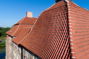Die steilen Dachflächen der Schlosstürme machten die Sanierung für die Dachdecker zur Herausforderung<br /><br />