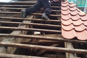 Die historische Lattung des Dachstuhls, auf der die neuen Ziegel verlegt wurden, blieb teilweise erhalten