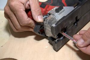 Das Sägeblatt lässt sich werkzeuglos wechseln, dafür sollte der Akku vorher entnommen werden<br />
