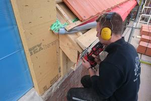 Die Mitarbeiter der Zimmerei Eckardt und Rothhardt nutzten die Akku-Stichsäge zum Zuschnitt von Holz und Holzwerkstoffplatten, hier im Traufbereich
