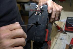 Für Gehrungsschnitte im 45 Grad Winkel lässt sich die Säge umstellen. Dazu nutzt man einem im Sägefuß versteckten Inbusschlüssel<br />