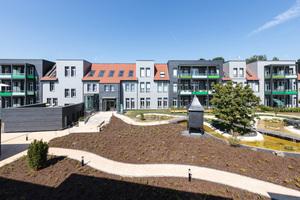 Die Fassaden des Gebäudes sind mit grau lasierten Biberschwanzziegeln und Schieferplatten verkleidet<br />