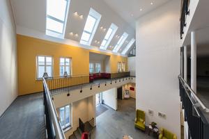 Der zentrale Eingangsbereich im Altenheim erstreckt sich über alle Geschosse bis unter das Dach