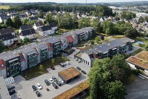 Die Satteldächer wurden zurückgebaut und neue Mansard- und Flachdächer erstellt. Die neue Solaranlage auf den Dachflächen leistet 198 kWp