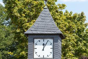 Die alte Uhr wurde aus einem der Giebel des Schuldaches ausgebaut und an zentraler Stelle wiedererrichtet