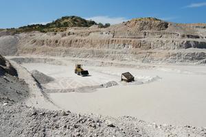 Durch eine Minenbeteiligung von Knauf Performance Materials auf der griechischen Insel Milos gelangt der Hersteller an das Rohgestein Perlit, das auf der Insel abgebaut und von dort nach Rotterdam und Dortmund verschifft wird<br />