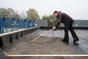 Die angemischte Schüttung wird auf dem Flachdach ausgebracht und verteilt<br />