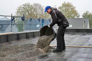 Ausbringen der Schüttung auf dem Flachdach<br />