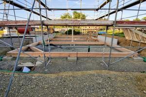 Das Haus ruht auf Punktfundamenten, darauf ist eine Rahmenkonstruktion montiert, die die Boden-ebene bildet