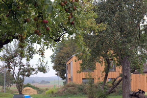 """Das Haus mit seiner Schalung aus Douglasienholz verrät zunächst nicht, dass es sich um eine mit Strohballen gedämmte Konstruktion handelt <span class=""""bildnachweis"""">Foto: Rüdiger Sinn </span>"""