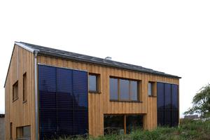 Die thermische Solaranlage ist auf der Südseite in die Fassade integriert. Sie erwärmt den knapp 4000 Liter fassenden Pufferspeicher