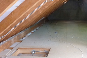 Nicht gedämmte Spitzböden müssen entlüftet werden, um in der kalten Jahreszeit Tauwasser an der Unterdeckbahn/Unterspannbahn und an den Sparren zu vermeiden