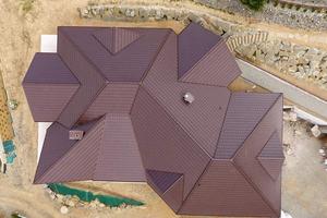 Vielfach gegliederte und miteinander verschnittene Dachflächen lassen sich mit Firstziegeln optisch ansprechend und technisch richtig gestalten