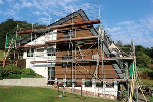 Das asymetrische Dach des Wohnhauses wurde saniert, gedämmt und neu eingedeckt