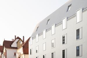 Für das Hotel Bauhofstraße in Ludwigsburg erhielten Architekten und Bauherren eine Anerkennung im Wettbewerb. Der viergeschossige Holzmodulbau ist verkleidet mit weißen Faserzementschindeln