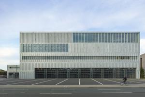 Anerkennung 4: Das Feuerwehrhaus Köln-Kalk erhielt eine vorgehängte, hinterlüftete Fassade, die mit robusten, feuerverzinkten Stahlblechen verkleidet wurde