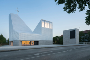 Ebenfalls mit einer Anerkennung ausgezeichnet wurde das Kirchenzentrum in Poing. Die Fassade ist mit dreidimensional geformten Keramikfliesen verkleidet