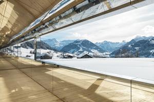 Blick aus dem Gebäude in die umgebende Landschaft. Auch die Fensterlaibungen sind mit Verbundplatten verkleidet