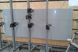 Windsogversuche im Technicum von 3A Composites haben gezeigt, dass die Verklebungen dauerhaft den in der Praxis geforderten Belastungen standhalten<br />Foto: Alucobond