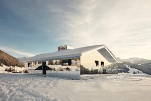 """Die Fassade des Gebäudes ist mit Aluminiumverbundplatten verkleidet<span class=""""bildnachweis"""">Foto: Torvioll Jashari</span>"""