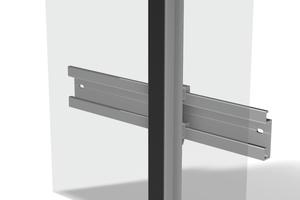 Das Prinzip der verklebten Fassade: Die Fassadenplatte ist auf einer Halteschiene verklebt, die in einer Stahl-UK eingehängt ist