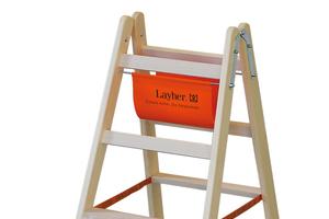 """Die 80mm tiefen, geriffelten Stufen der beidseitig begehbaren Holzstehleiter """"1020"""" sorgen für eine hohe Trittsicherheit"""