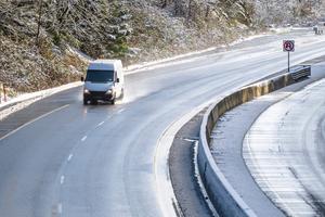Bei winterlichen Straßenverhältnissen kann der Bremsweg fünf Mal länger ausfallen als auf trockenen Straßen