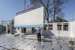 Eine Alternative zu Holzwerkstoffplatten: Fermacell Gipsfaserplatten können als mittragende und aussteifende Beplankung von Wänden, als brandschutztechnische Bekleidung von Holzbauteilen sowie als aussteifende Komponente von Decken- und Dachscheiben verarbeitet werden<br />