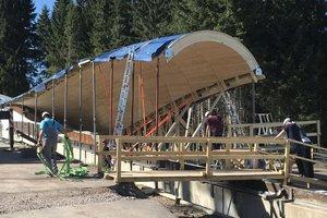Die neue, gekrümmte Dachkonstruktion der Rennschlittenbahn in Oberhof in Holzbauweise<br />