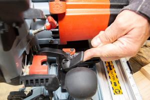 Für die Schrägstellung des Fräskopfs – um eine Kerve zu fräsen – wird der Schnellverschluss umgelegt