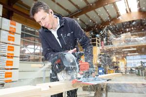 """Martin Störk, Inhaber von Holzbau Störk im Deggenhausertal, testet die Nutfräse """"NFU 50"""""""