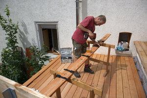 Der Autor Rüdiger Sinn bei der Montage der Terrasse