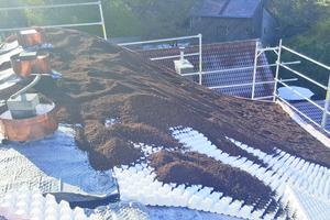 """<span class=""""bildnachweis"""">Rechts unten: <strong>Vorbereitungsarbeiten für ein begrüntes Steildach mit """"Floraset""""-und """"Georaster""""-Elementen </strong></span>"""