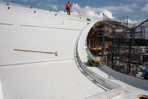 Um Schubkräfte in die Dachunterkonstruktion abzuleiten, werden Dachtraufprofile als Randeinfassungen und Schubschwellen in der Fläche verlegtFotos: Zinco<br />