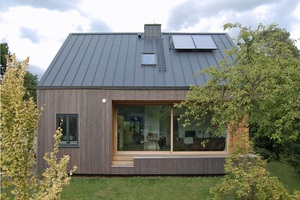"""Den 3. Platz des Niedersächsischen Holzbaupreises belegte das """"Haus C"""", das aus einen umgebauten Bungalow mit neuer Dach- und Fassadenkonstruktion besteht<br />"""