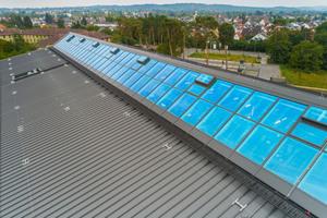 Das Dach der Alnatura Arbeitswelt wurde mit einem 3420 m² großen Rib-Roof-Metalldach von Zambelli verkleidet