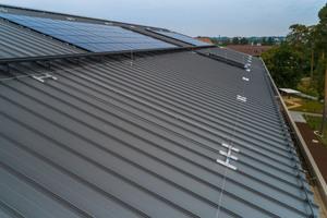 Neben einer 525 m langen, überfahrbaren Seilsicherung und 200 lfm farbbeschichtetem Schneefang wurden auch Solarmodule auf dem Dach installiert<br />