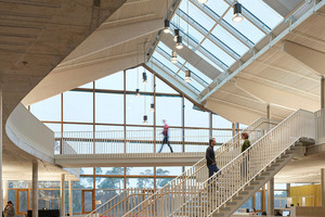 Die Alnatura Arbeitswelt wirkt von innen wie ein großer, offener Raum, der sich vom Erdgeschoss bis unter das Dach ohne störende Trennwände zwischen den Abteilungen aufspannt<br />