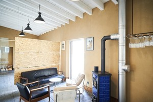 Die Deckenuntersicht wurde weiß gestrichen. Die Wände sind mit Holzweichfaserplatten gedämmt und mit Lehmputz verputzt