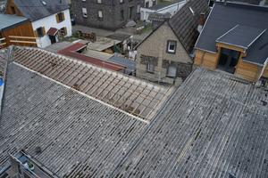 Zunächst wurden die alten Faserzementplatten vom Dach zurückgebaut