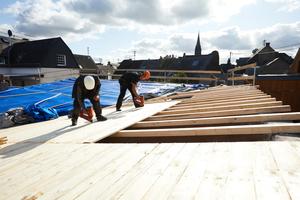 Für die neue Dachkonstruktion mussten die bestehenden Sparren aufgedoppelt und mit Schalbrettern versehen werden. Darauf wurde die geplante Dämmung aufgebracht