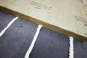 Verklebt wurden die Dämmplatten mit PU-Kleber, der gemäß den Mengenangaben aus der Windsogberechnung von Rockwool aufgetragen wurde