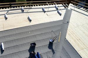 Auf die neue Schalung verlegten die Dachdecker eine kaltselbstklebende Dampfsperre mit Sicherheitsnaht und feinbestreuter Oberfläche als Notabdichtung